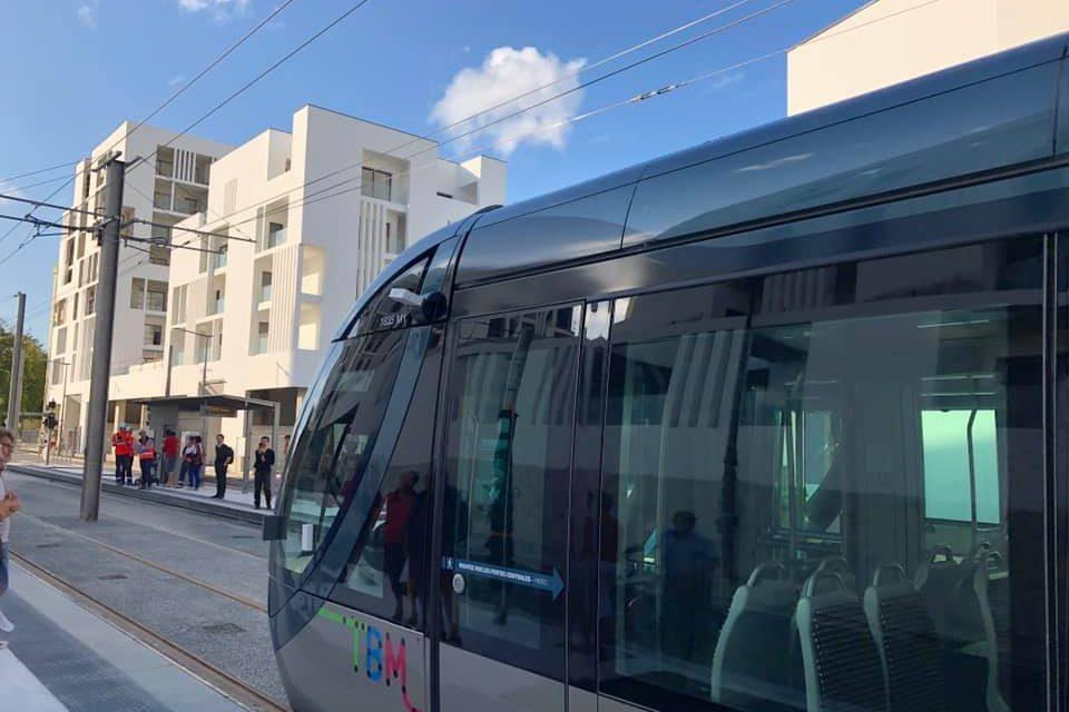 Tram D au Bouscat devant l'agence I2B